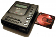 Sony_MZ-1_and_a_disc_20040221